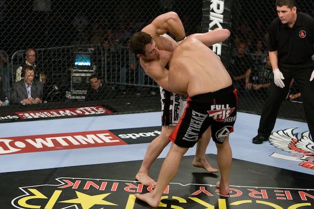 Tim Kennedy chokes Zak Cummings