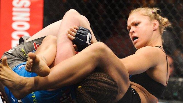 Ronda Rousey submits Sarah Kaufman