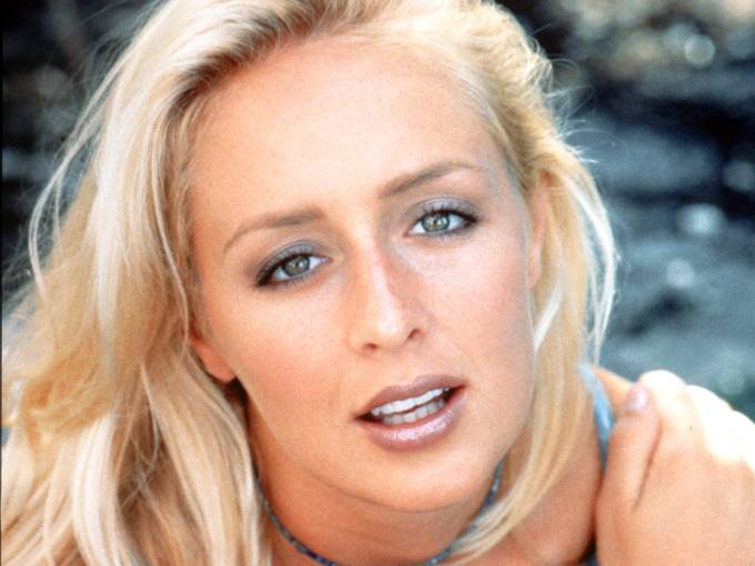 Mindy McCready had a volatile career before her suicide