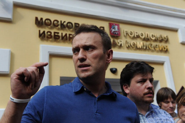 Alexei Navalny facing reporters after presenting his papers to become a candidate for Mayor. (Getty)