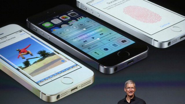 Apple-CEO-Tim-Cook-iPhone-5s-iPhone-5c