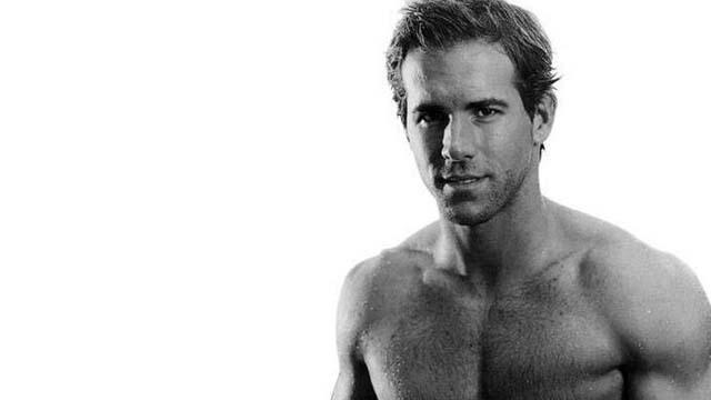 Ryan Reynolds Stripped on Flight, Ryan Reynolds Takes Off Sweater on Airplane, Ryan Reynolds Shirtless