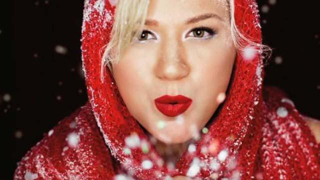WATCH: Kelly Clarkson's Underneath the Tree Xmas Lyric Video | Heavy.com