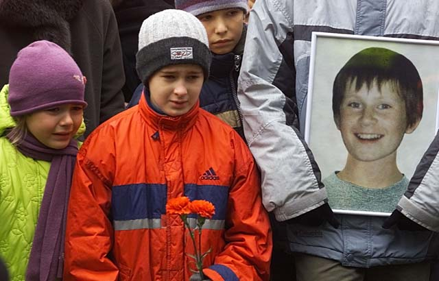 Child actors of the 'Nord Ost' musical weeping during the funeral of Arseny Kurilenko, a fellow star killed by Fentanyl gas released by Russian forces. (Getty)