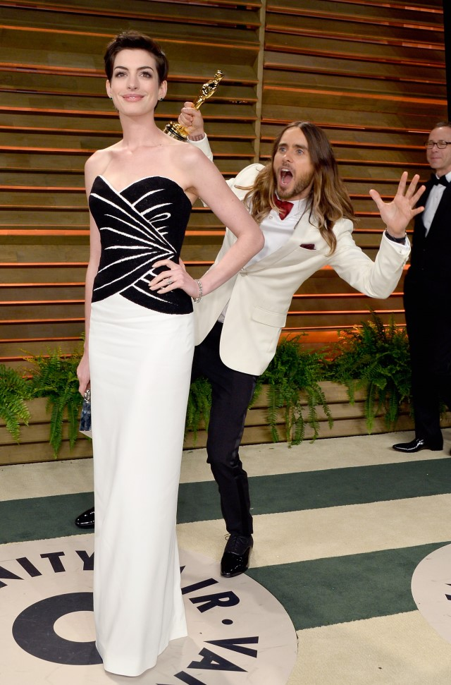 Anne Hathaway Gets Photo Bombed, Anne Hathaway Photo Bomb, Jared Leto Photo Bombs Anne Hathaway, Anne Hathaway Oscar Photo Bomb, Jared Leto Photo Bombs Anne Hathaway at Oscars After Party