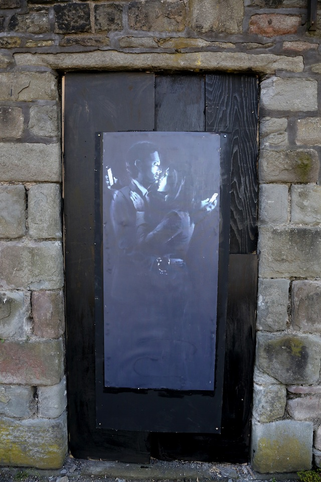new bansky painting, mobile lovers