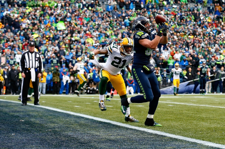Luke Willson of Seattle catches a late 2-point conversion Sunday in the Seahawks' 28-22 win over Green Bay. (Getty)