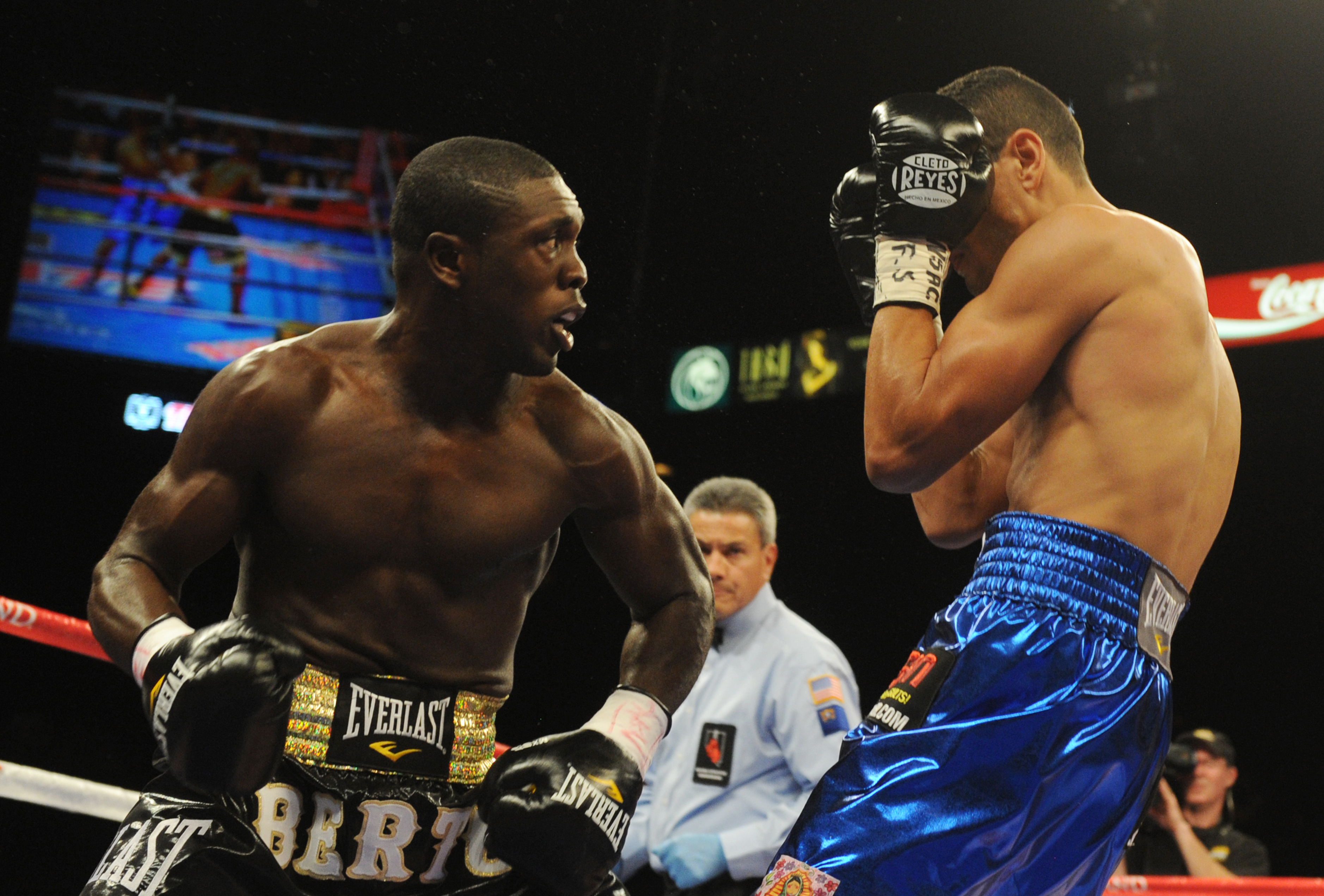Andre Berto (L) knocks out Freddy Hernandez (Getty)