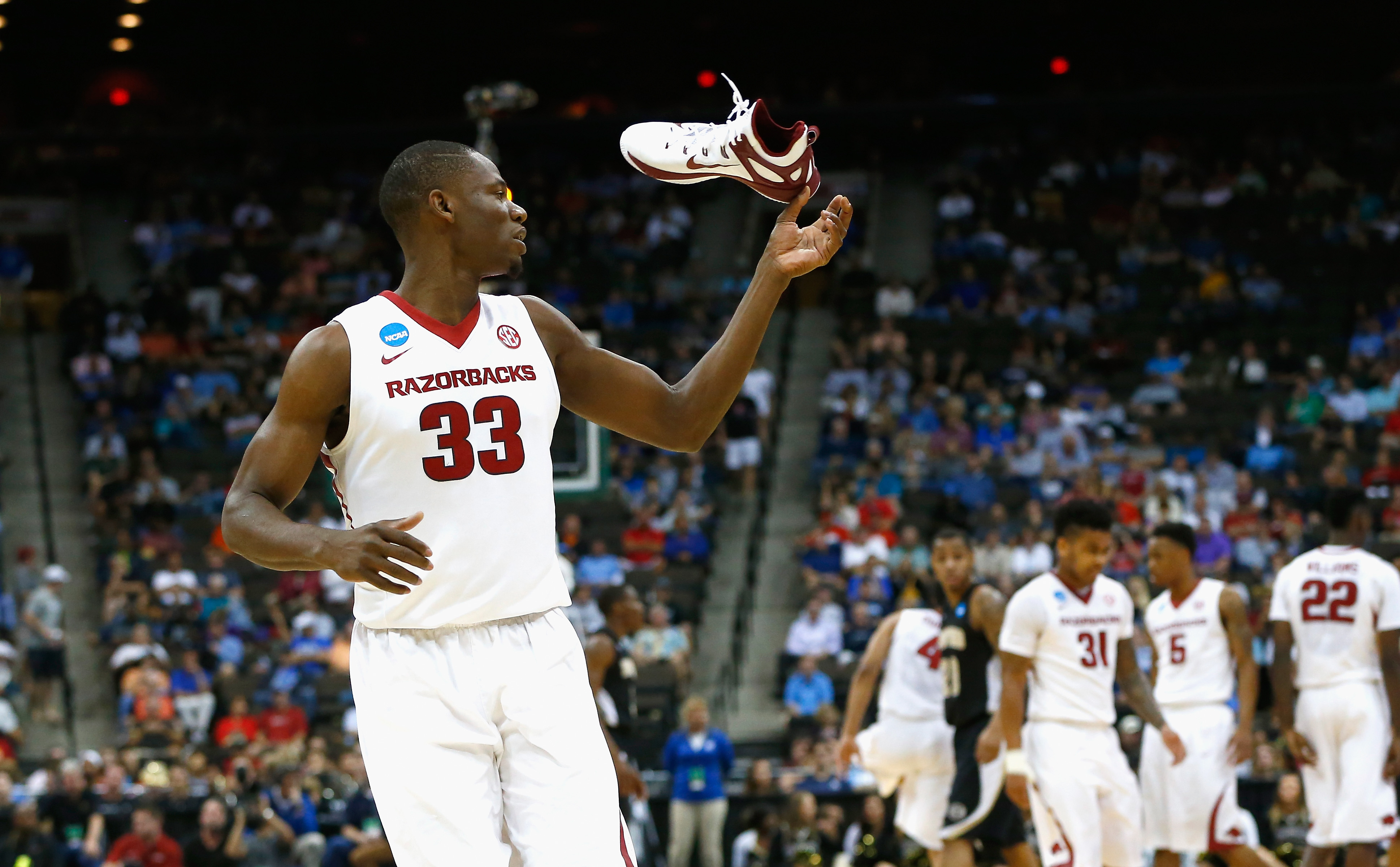 Moses Kingsley of Arkansas loses his shoe against Wofford in one of two shoe-related incidents during the Razorbacks game.(Getty)