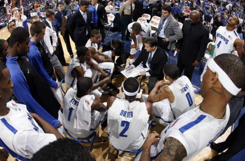 Memphis head coach John Calipari in a huddle with his Tigers' squad. (Getty)