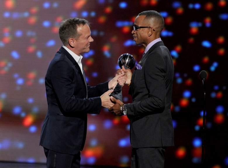 Actor Kiefer Sutherland presents Stuart Scott with the 2014 Jimmy V Award. (Getty)