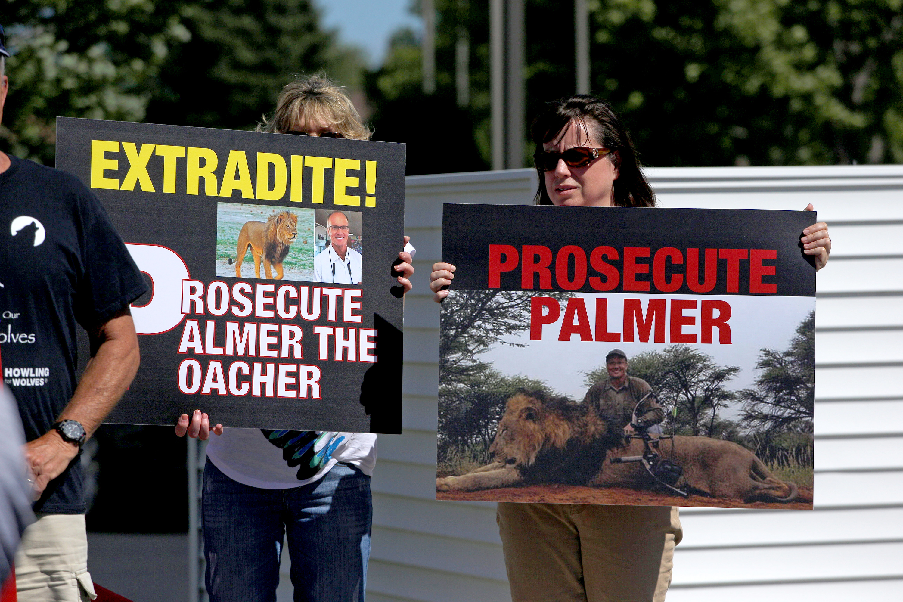 Protesters outside Palmer's office in Minnesota. (Getty)