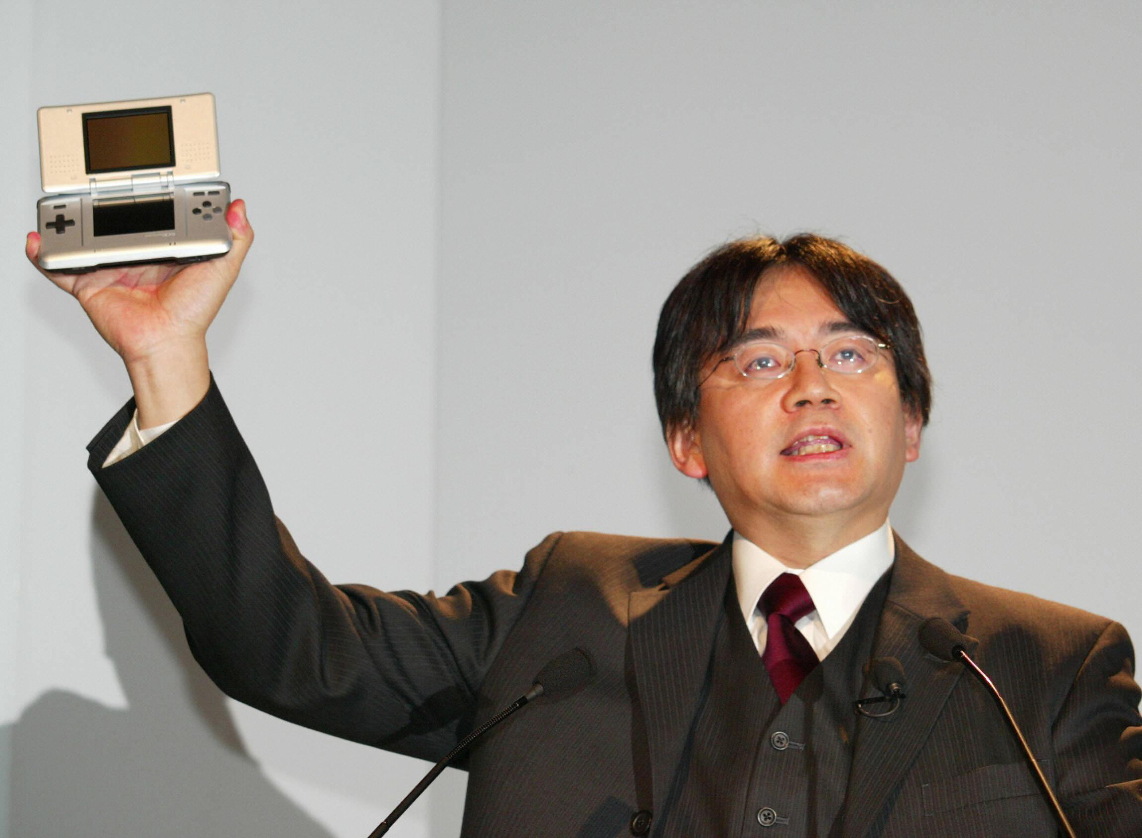 Iwata unveils the Nintendo DS in 2004. (Getty)