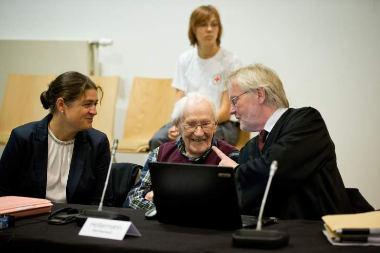 Defendant Oskar Groening (C) is flanked by his lawyers Susanne Frangenberg (L) and Hans Holtermann (R) (Getty)