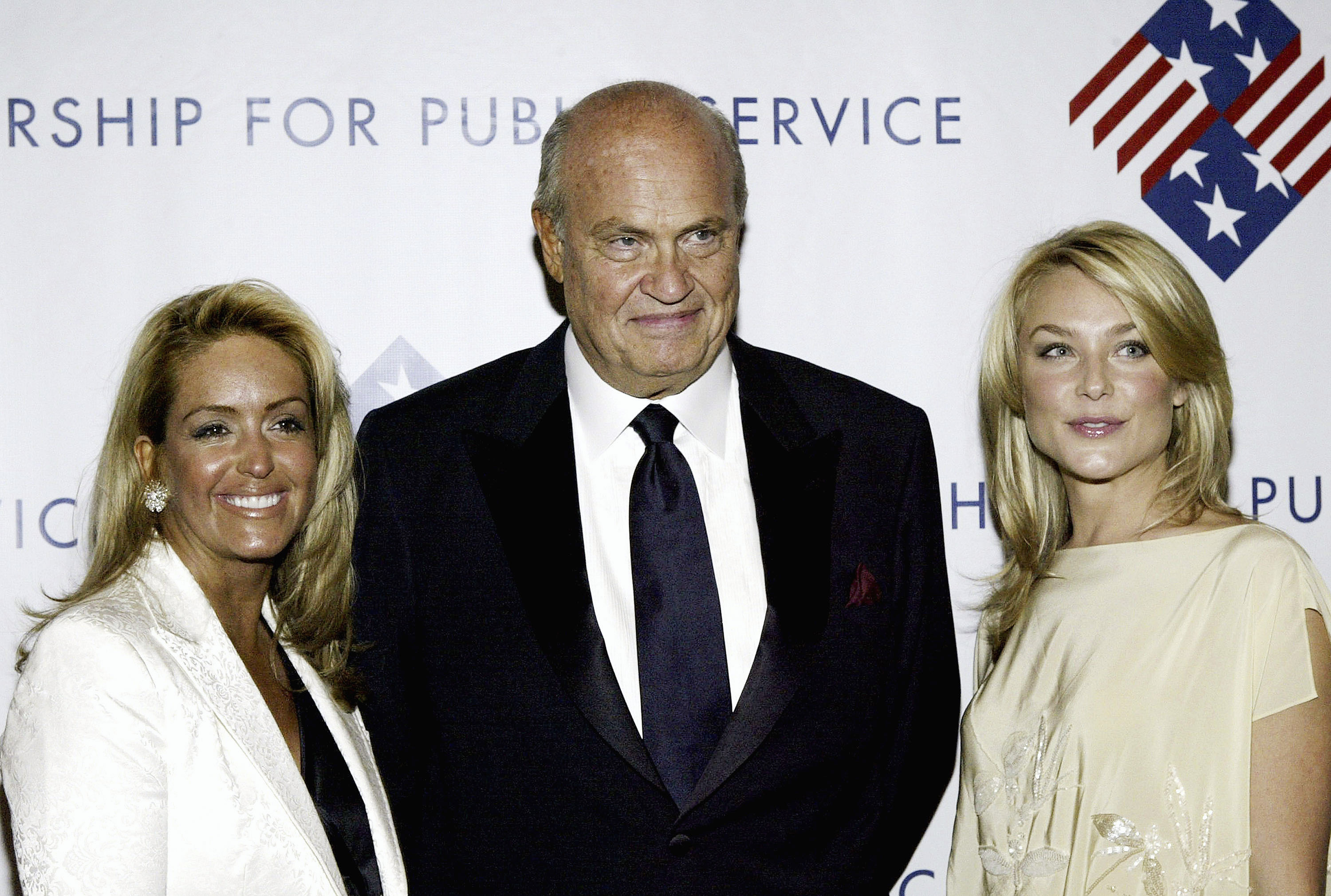 Former Senator Fred Thompson (center) with his wife Jeri (left) and actress Elizabeth Rohm  in 2004. (Getty)