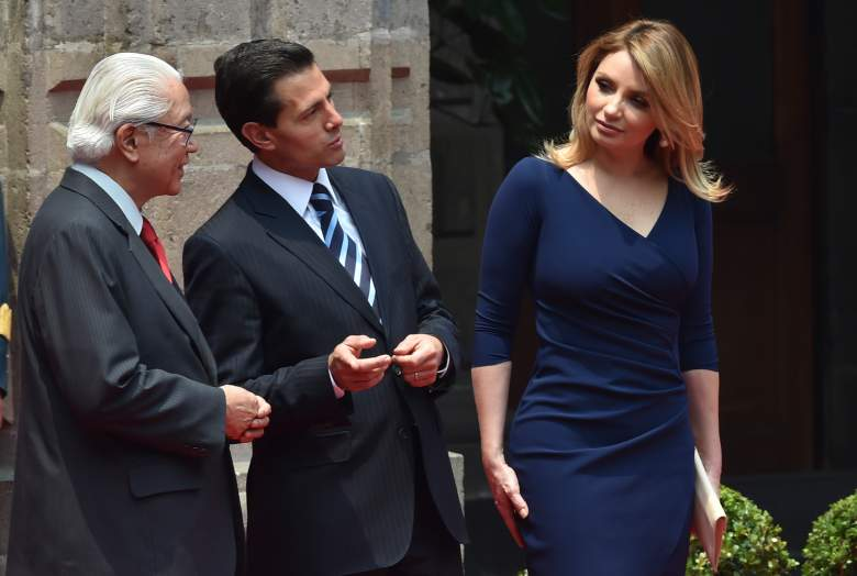 Mexican President Enrique Pena Nieto accompanied by his wife Angelica Rivera (R) speaks with Singapore's President Tony Tan Keng Yam (L) during a welcoming ceremony at the National Palace in Mexico City on June 10, 2016. / AFP / YURI CORTEZ (Photo credit should read YURI CORTEZ/AFP/Getty Images)