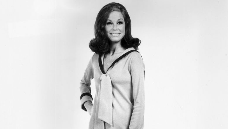 circa 1974:  Full-length studio portrait of American actor Mary Tyler Moore. She is wearing a long sleeved, full-length dress which has a nautical collar.  (Photo by Hulton Archive/Getty Images)