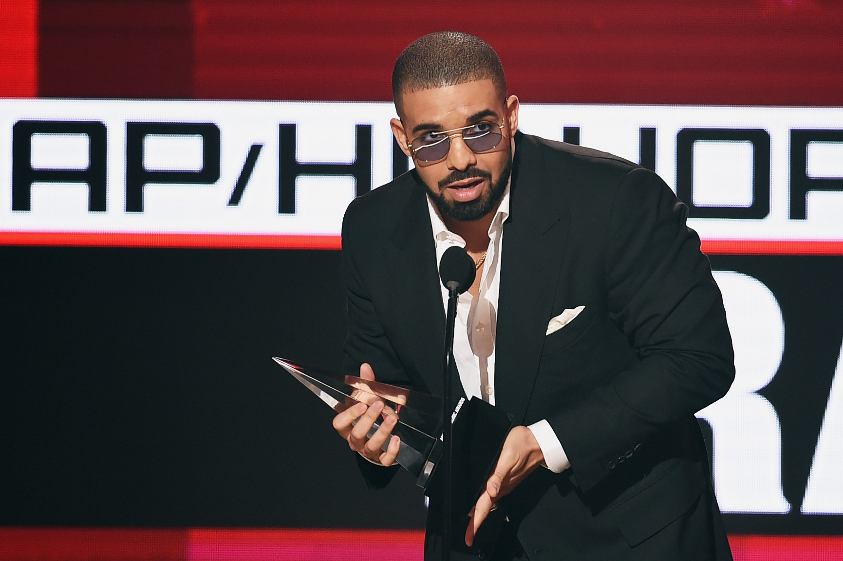 Drake accepts Favorite Rap/Hip-Hop Artist during the American Music Awards on November 20, 2016 in Los Angeles, California. (Photo by Kevin Winter/Getty Images)