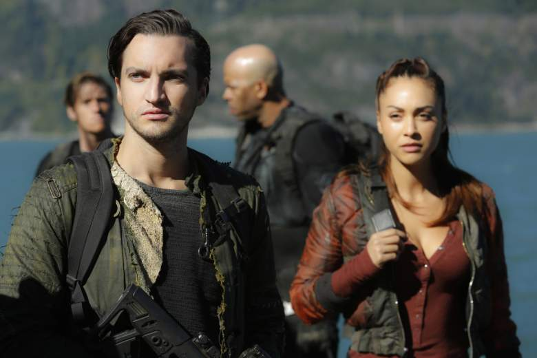 """The 100 -- """"A Lie Guarded"""" -- Image HU404b_0091 -- Pictured (L-R): Richard Harmon as Murphy and Lindsey Morgan as Raven -- Credit: Bettina Strauss/The CW -- © 2017 The CW Network, LLC. All Rights Reserved"""