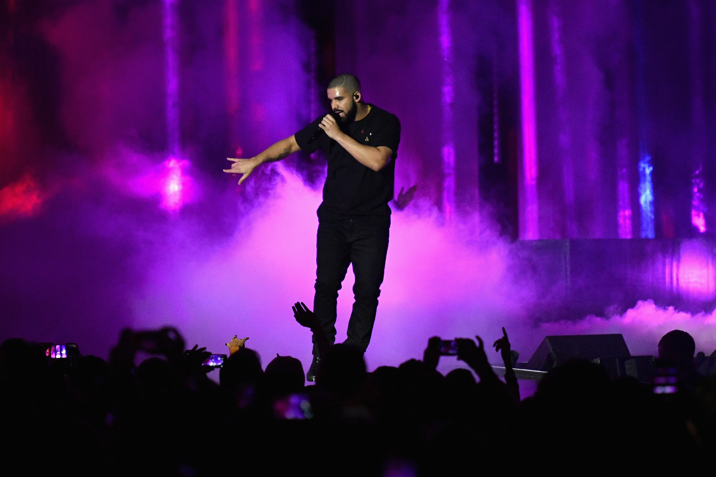 Drake performs onstage at the iHeartRadio Music Festival on September 23, 2016 in Las Vegas, Nevada.  (Photo by Mike Windle/Getty)