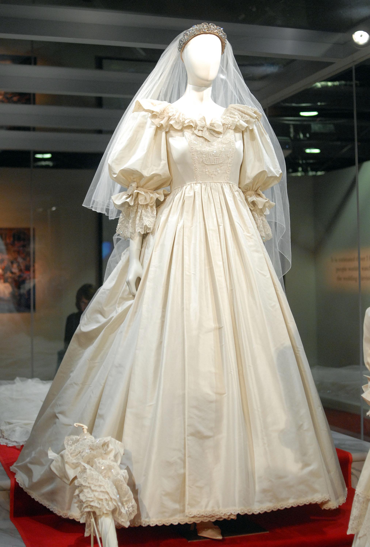 Princess Diana S Wedding Dress Photos Details Heavy Com [ 3000 x 2025 Pixel ]