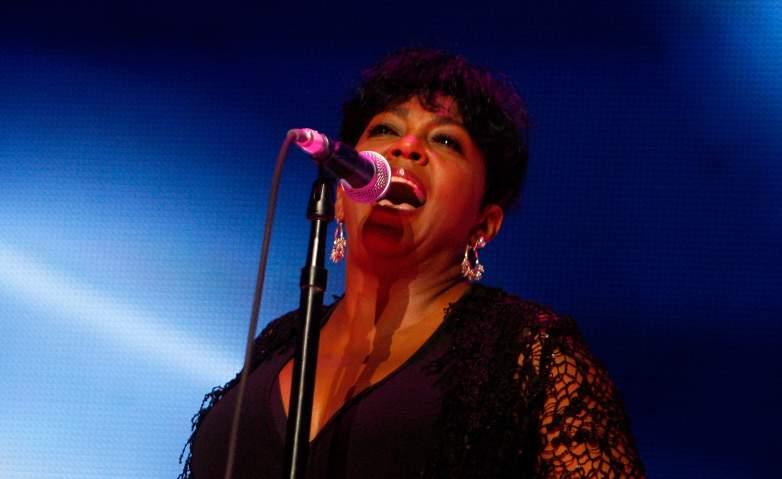 Anita Baker preforms at the 2009 Essence Music Festival.
