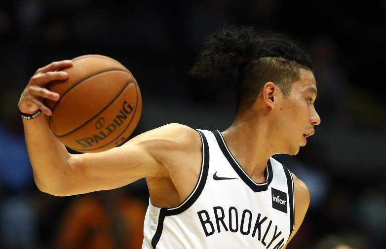 Jeremy Lin passes the ball.