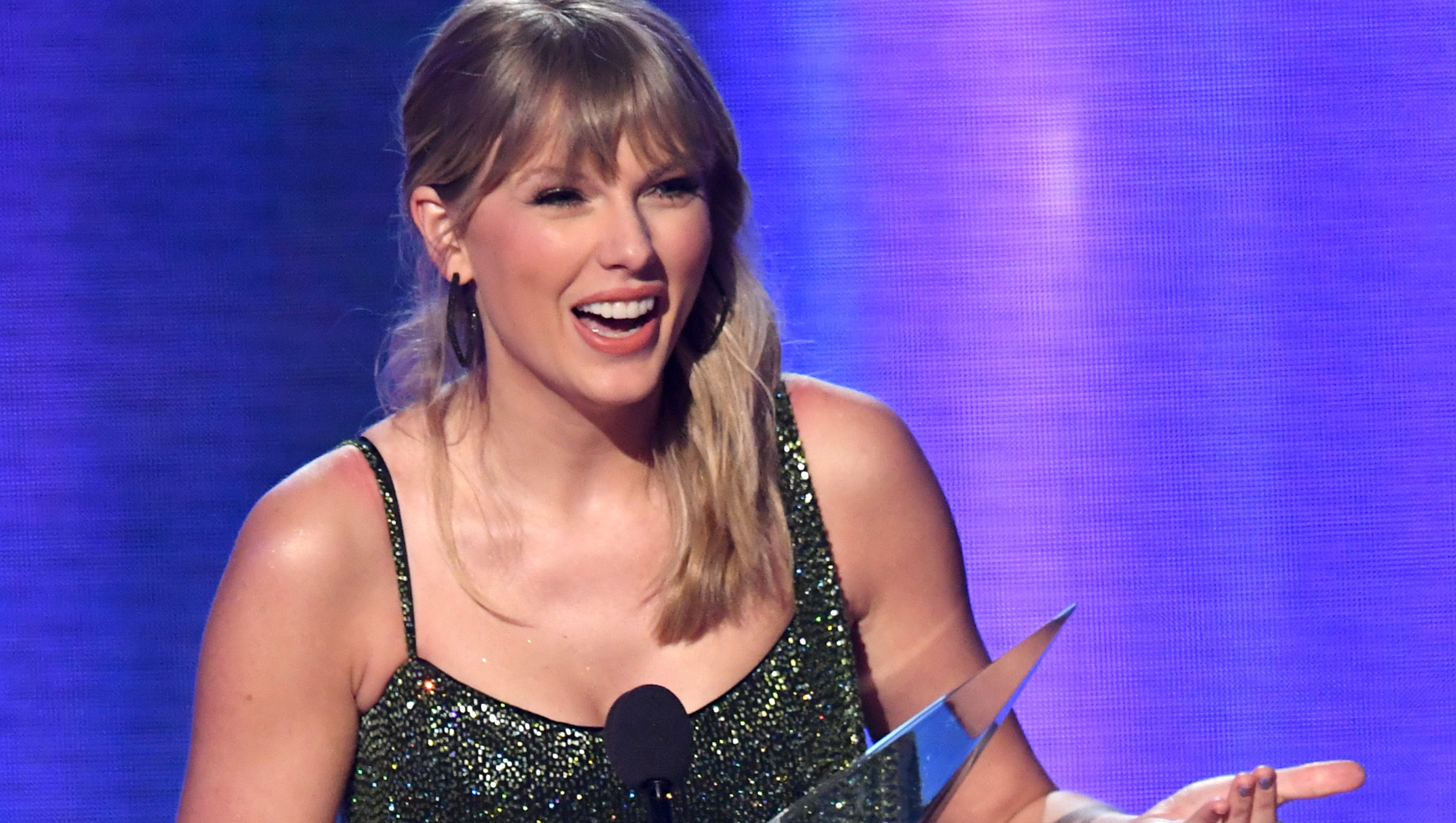 Taylor Swift Wins Artist Of The Decade At Amas 2019 Heavy Com