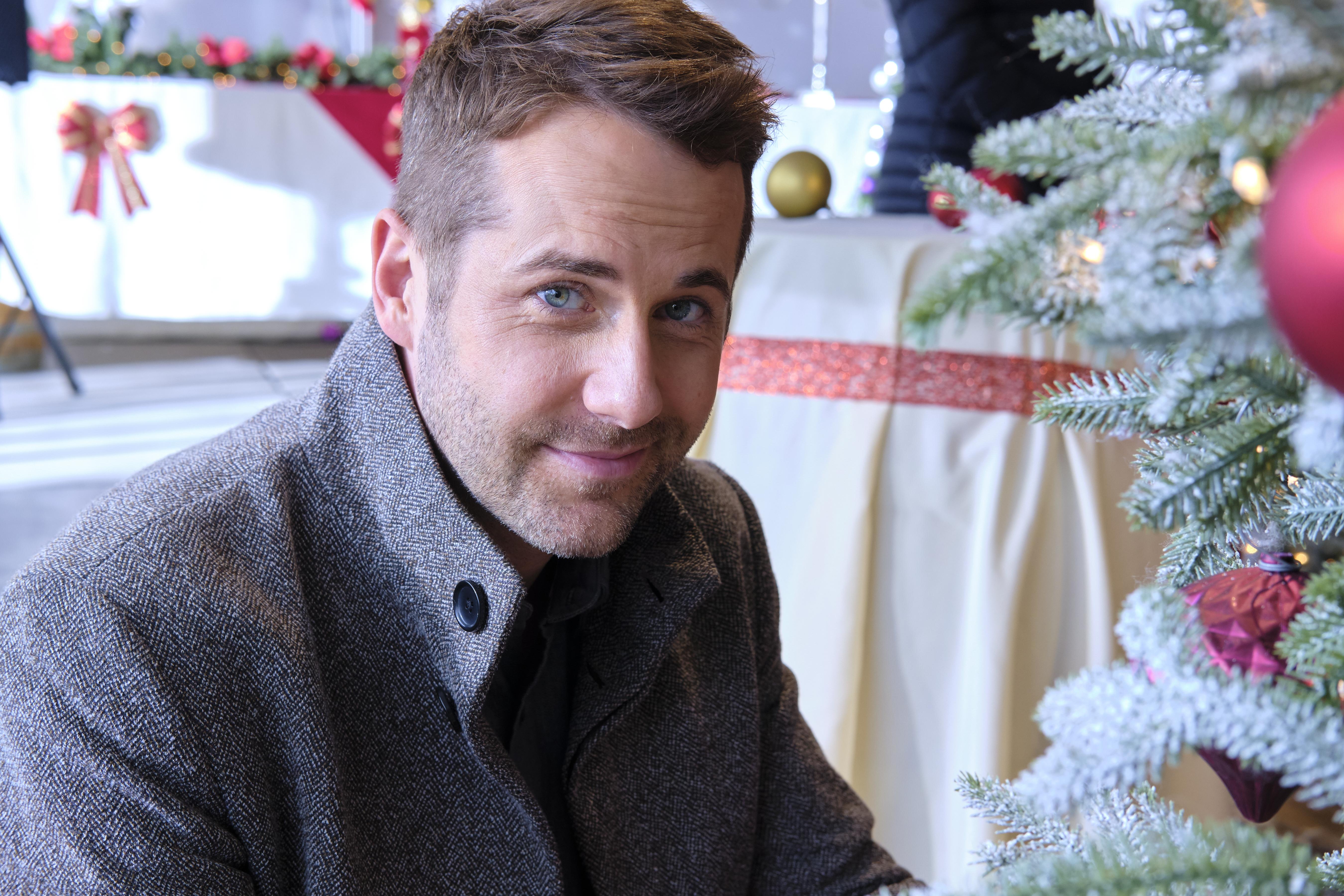 Christmas At Dollywood Where It S Filmed Meet The Cast Heavy Com