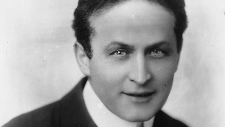 Hungarian-born American magician and escape artist Harry Houdini (1874 - 1926).