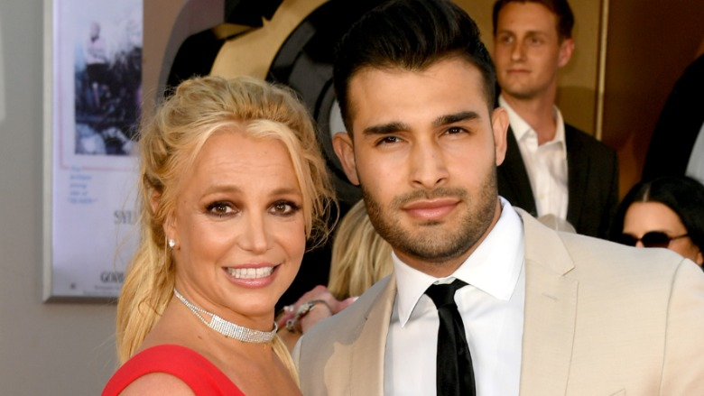 Britney Spears and her boyfriend post on the red carpet.