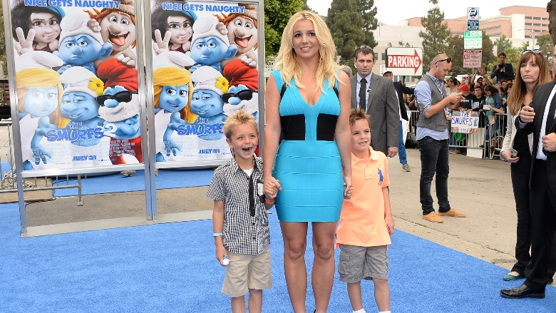 Britney Spears in a blue dress with both of her sons.
