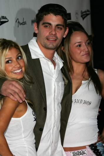 Jason Alexander posing with two women.