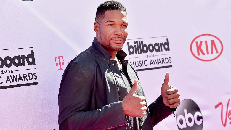 Michael Strahan giving two thumbs up on the red carpet.