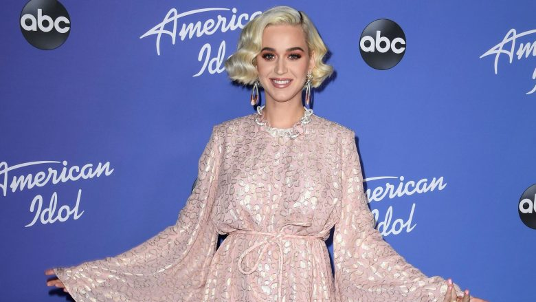 Katy Perry stuns fans with sexy Instagram bathroom shoot.